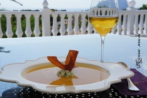 Крем-суп з гарбуза з картопляним мусом і чіпсами з хамона