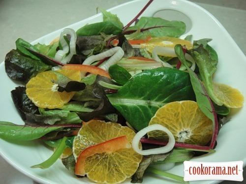 Зелений салат з мандаринами та маринованою цибулею
