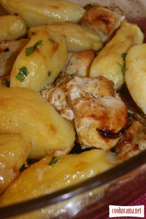 Соковите філе з курки з картоплею - готуємо швидко!