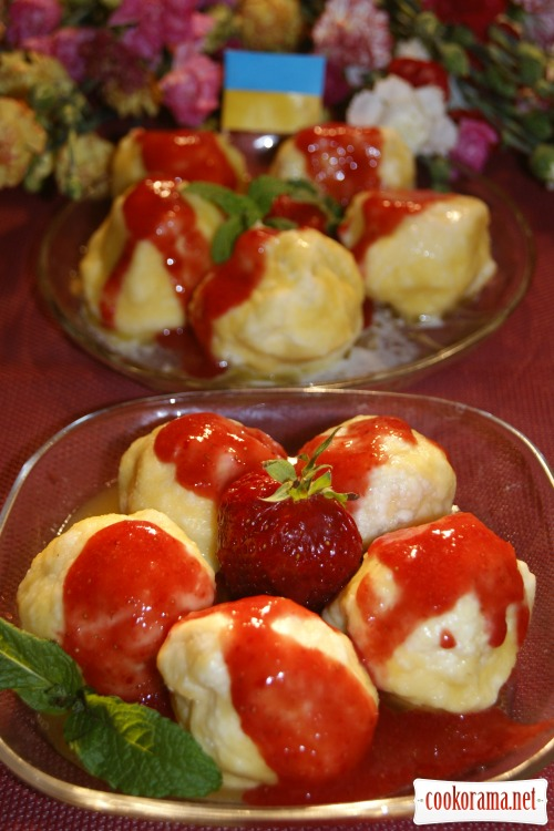 Dumplings with strawberries and strawberry sauce