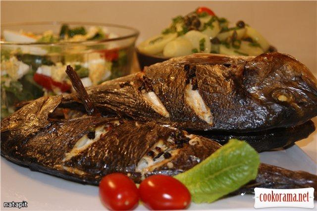 Запечена риба і два салати
