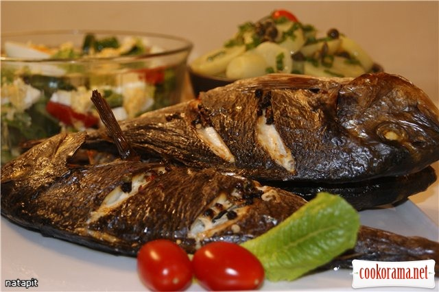 Запечёная рыба и два салата