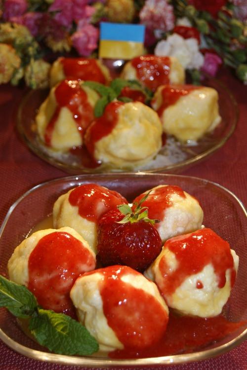 Кнедлики с клубникой и клубничным соусом