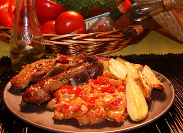 Мясо в маринаде адобо (adobo) с соусом самфаина (samfaina) или обед для мачо