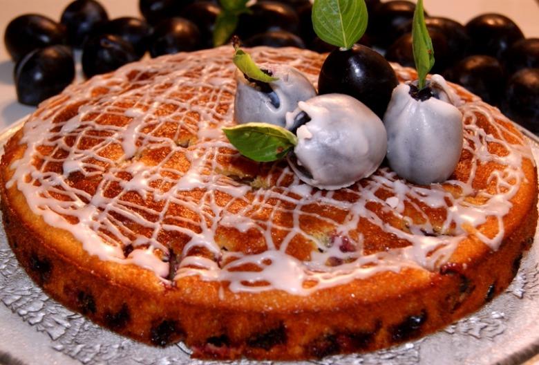 Нарядный сливовый пирог
