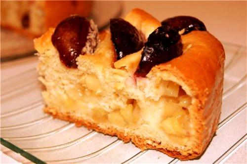 Кольцевой сливово-яблочный пирог