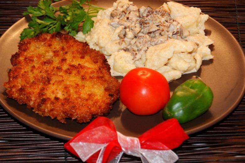Антрекот по-варшавски с клецками и грибным соусом