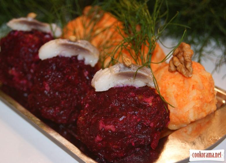 В середину морковной смеси кладем кусочка грецкого ореха и также скатываем в шарик.