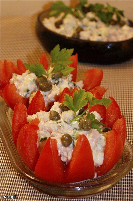 Помідори фаршировані салатом з тунця і каперсами