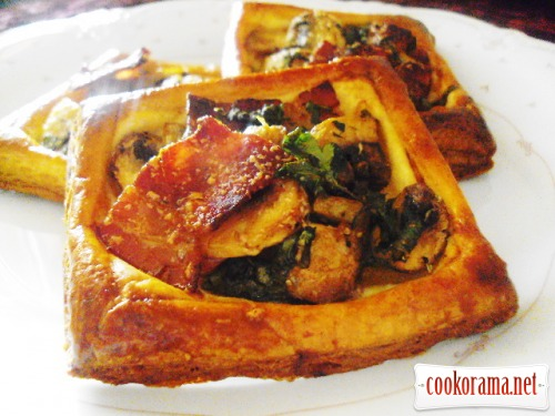 Mini Tart with bacon and mushrooms