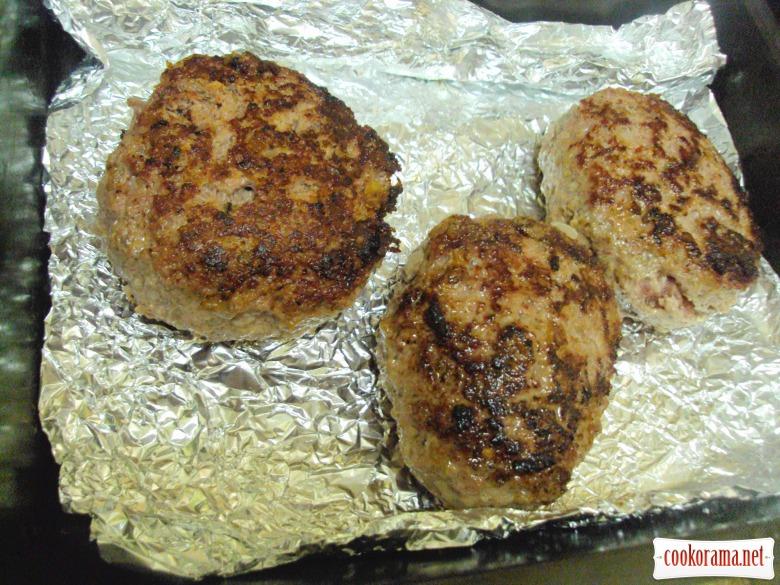 Домашний гамбургер с пышными булочками.