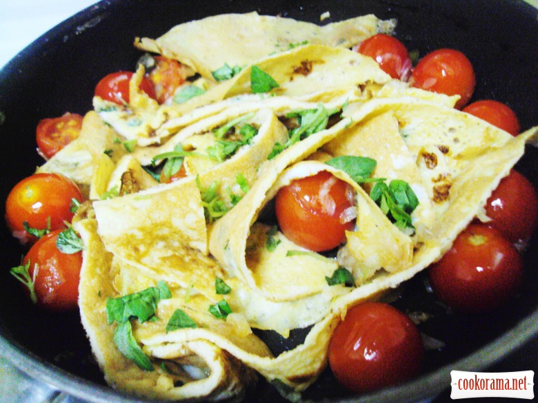 Omelet taliatelle with cherry tomatoes and capers.
