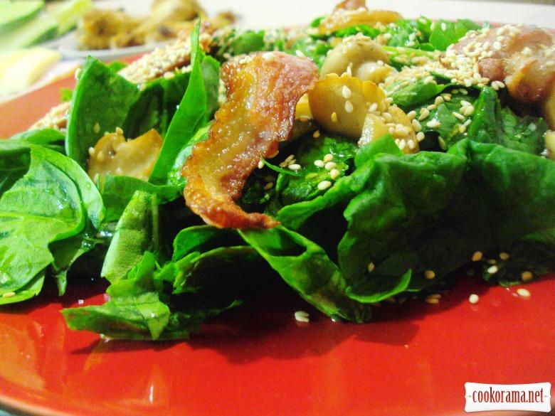 Теплый салат со шпинатом, беконом и шампиньонами.