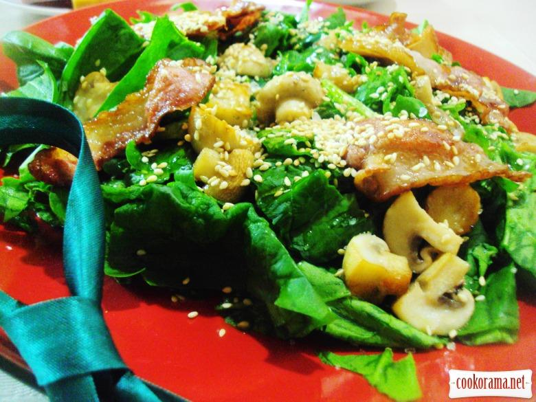 Теплый салат со шпинатом, беконом и шампиньонами