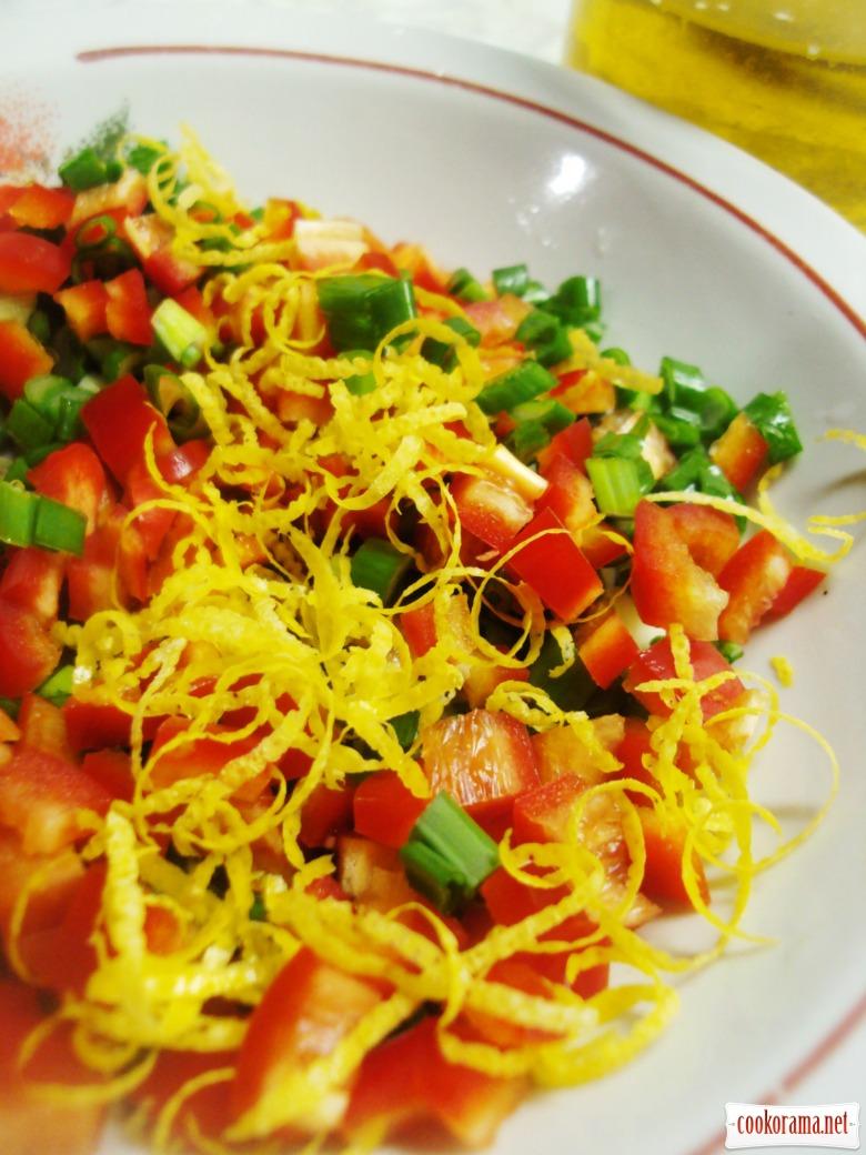 Салат с цветной капустой, брокколи и сальсой.