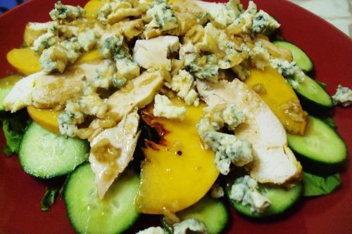 Салат с курицей, рокфором и персиками