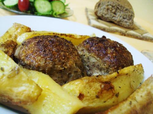 Біфтекья (котлети) з картоплею в духовці
