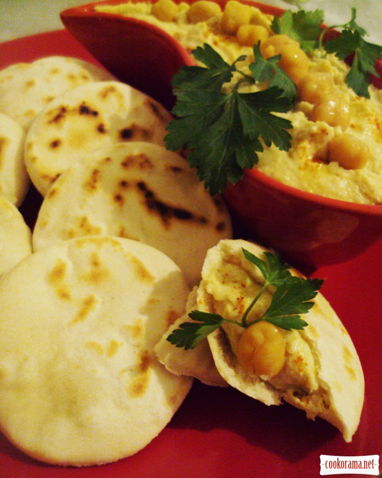 Хумус с батбут (миниатюрными марокканскими лепешками)