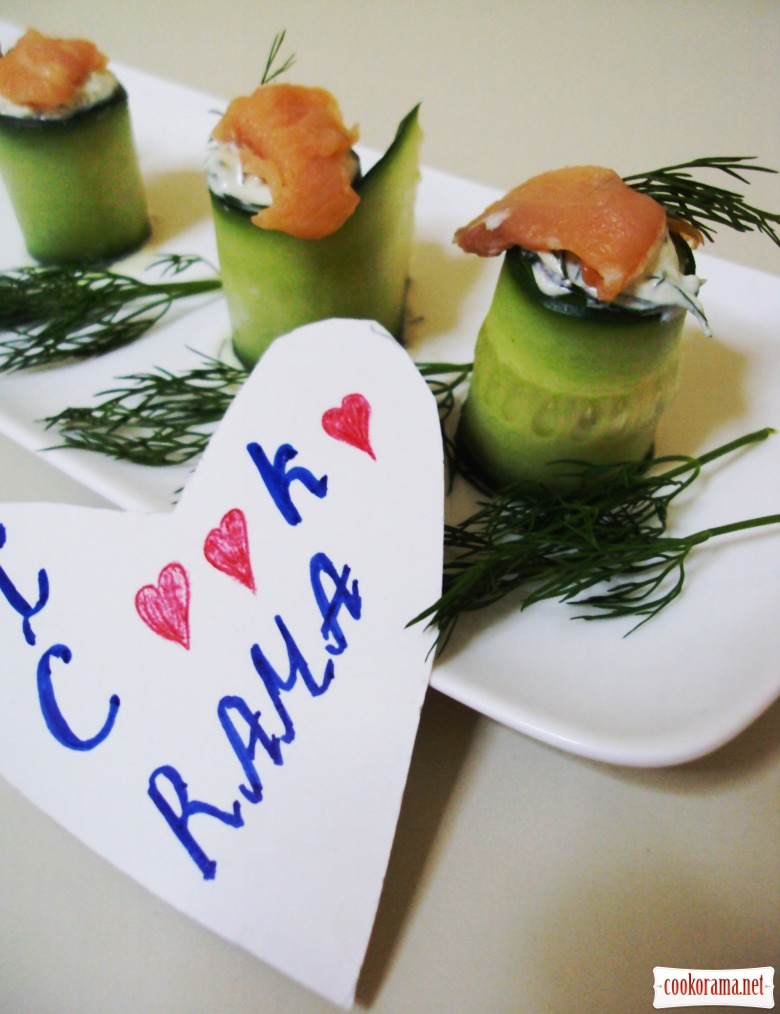 """Rolls from cucumbers with dip """"Avocado"""" and smoked salmon"""