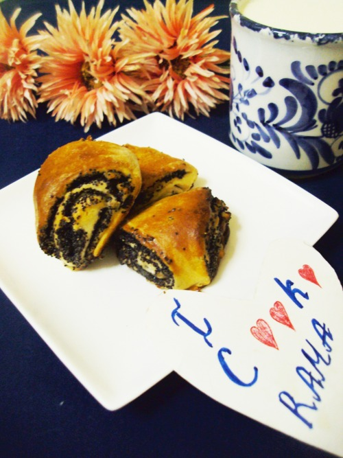 Rolls with nut-poppy filling