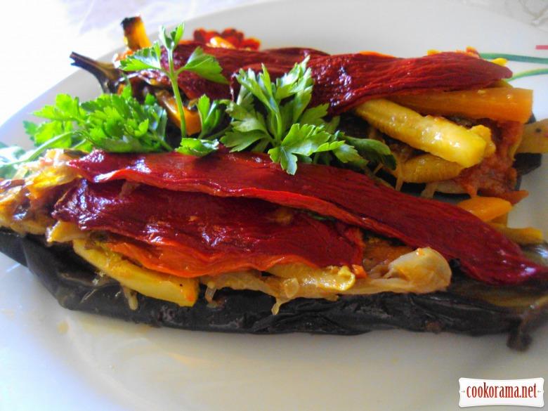Баклажани, фаршировані овочами