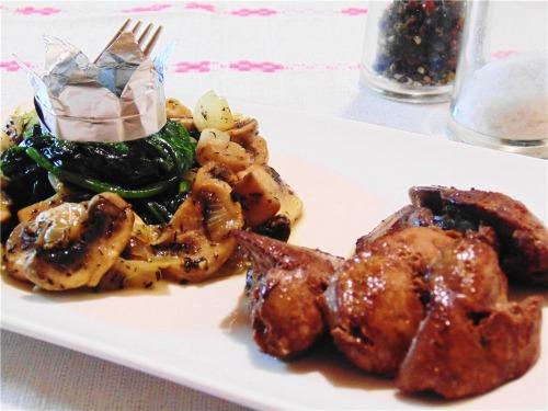 Тёплый салат со шпинатом, шампиньонами и куриной печенью
