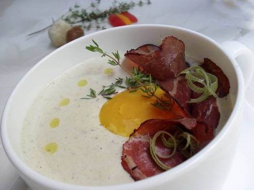 Крем-суп из грибов-боровиков с яичным желтком и копченым мясом (Receta de crema de niscalos con yema de huevo y cecina)