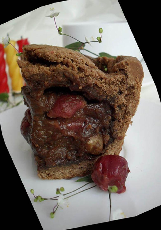 Баскский пирог с вишней и шоколадом