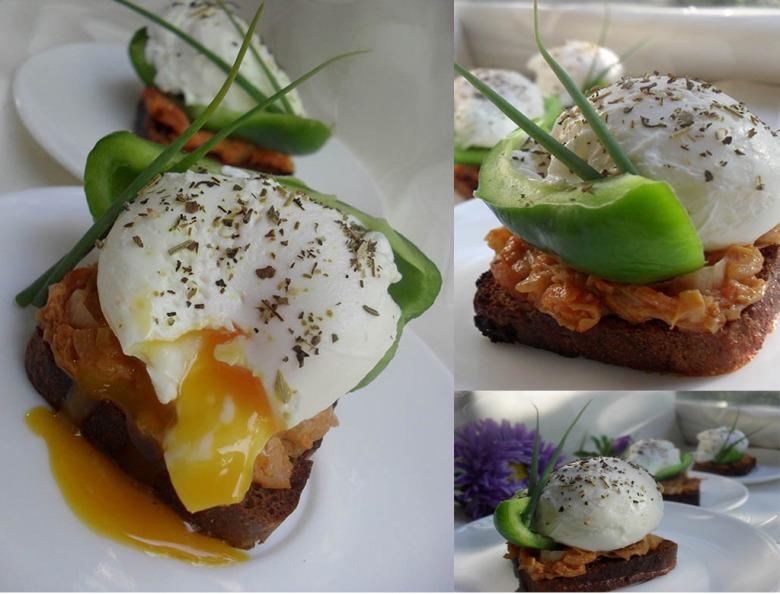 Канапки с тушеной капустой, свежим перцем и яйцом-пашот