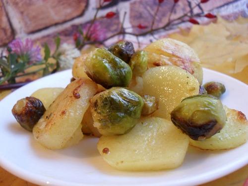 Запеченный молодой картофель с брюссельской капустой