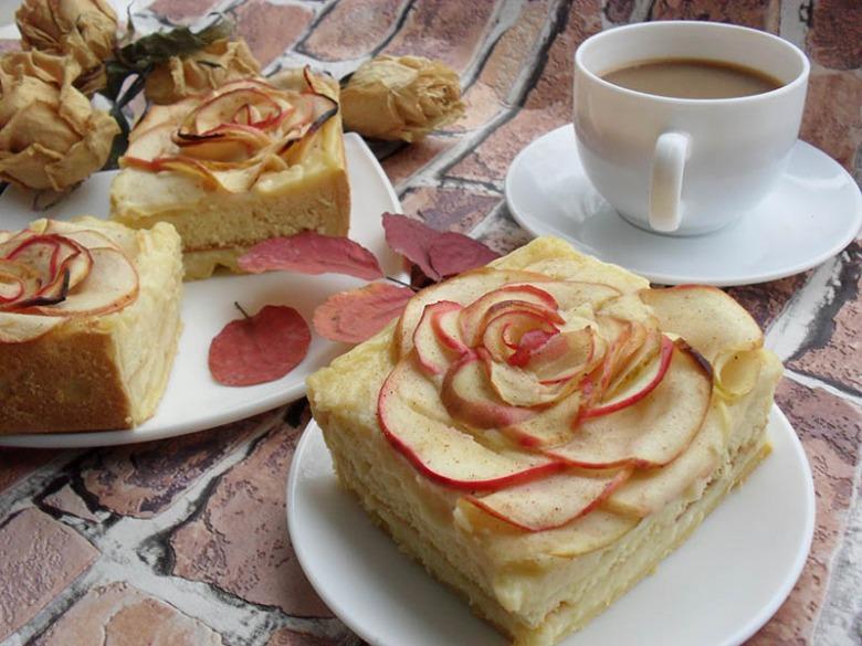 Italian apple pie with custard