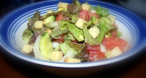 Зеленый салат с авокадо и сухариками