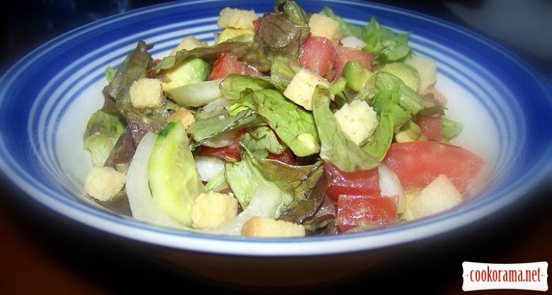 Зелений салат з авокадо і сухариками