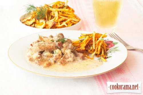 Бефстроганов з картоплею пай і чіпсами з ріпи