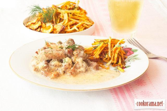 Бефстроганов с картошкой пай и чипсами из репы