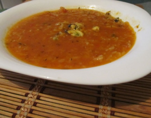 Томатний суп з рисом та мідіями