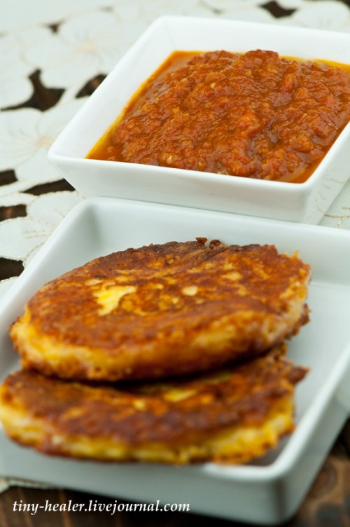 Оладки «Три сири» з «джемом» з помідорів