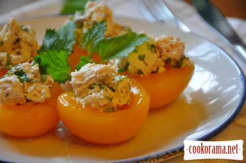 Персики с курицей и миндалем