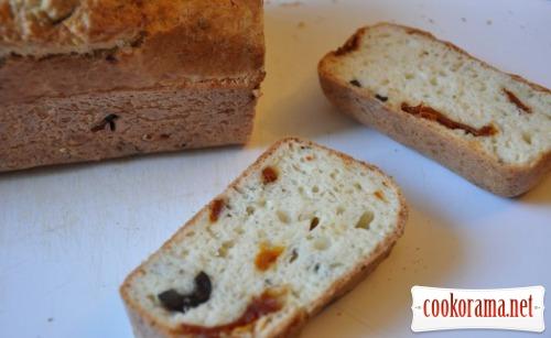 Быстрый хлеб на белом вине с маслинами и вялеными томатами
