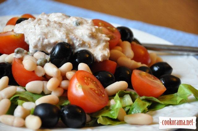Салат с фасолью и маслинами под соусом из тунца