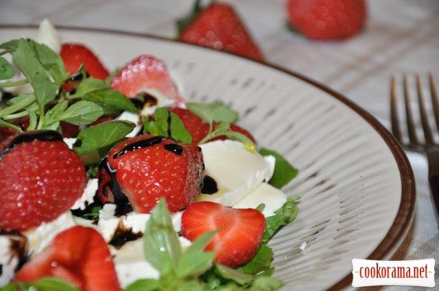 Клубничный салат с моцареллой