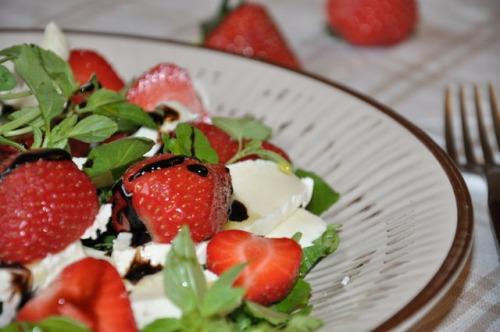 Полуничний салат з моцарелою