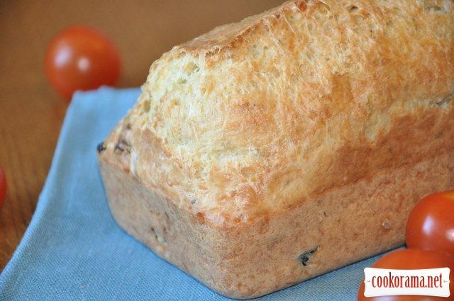 Швидкий хліб на білому вині з маслинами і в'яленими томатами