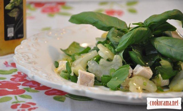 Салат с курицей, сельдереем и базиликом