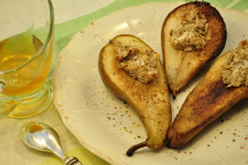 Груши с козьим сыром, грецкими орехами и розмарином