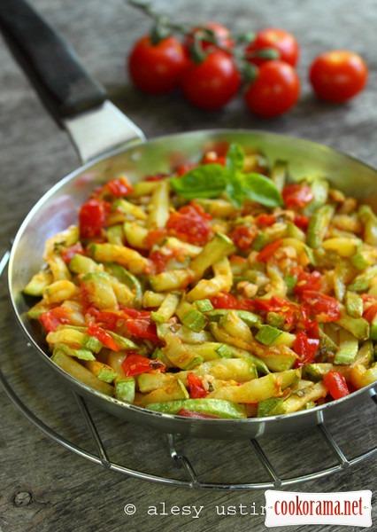 Кабачки з томатами і базиліком