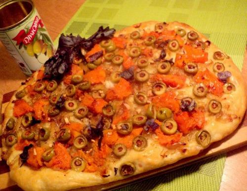 Лепешка с тыквой, оливками и луком