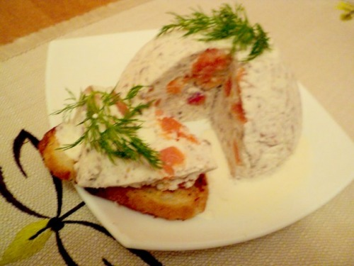 Сформато з слабосоленої сьомги під соусом