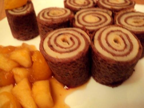 Блинные рулетики с фруктово-карамельным соусом