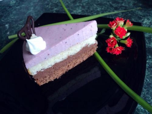 Торт «Трисвіття» з черносмородиновим баваруа